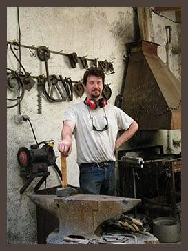 Grégory DELFANTI artisan ferronnier dans sa forge